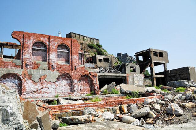軍艦島炭鉱の総合事務所だった赤レンガの建物