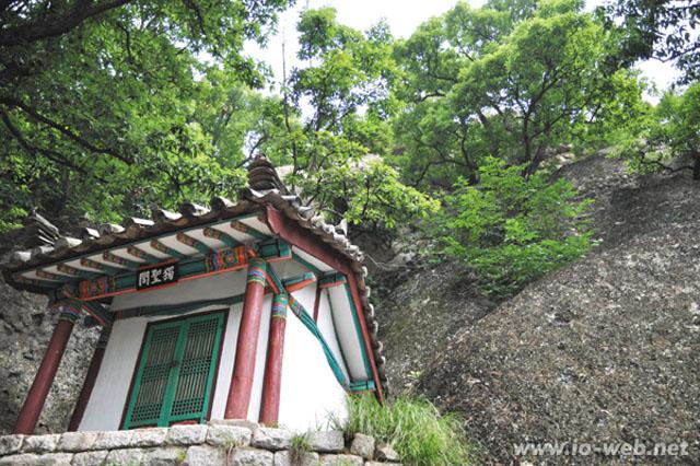 山の中腹にある法雲庵の独聖閣