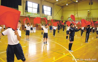 運動会の練習に励む初級部高学年の児童たち