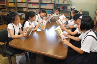 図書室で読書を楽しむ生徒たち