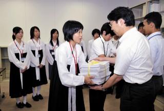 大臣審議官らに署名を手渡す朝高代表