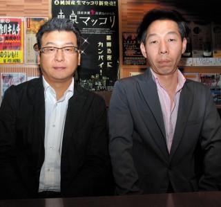 尹鐘源さん(37、写真左)と職安通り店長の福田師培さん(45)