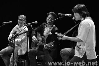 (左から)ソン・ビョンフィ、権海孝、イ・ジサンさんが、「子どもたちよ これがウリハッキョだ」をしみじみと聴かせた