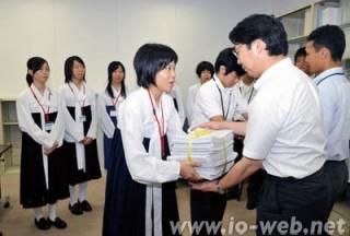 50万筆の署名を文部科学省に渡す各地の朝高生たち(2010年7月)