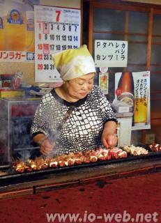やきとりを焼き続けて50数年、店長の黒瀬タツ子さん
