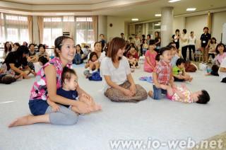 オモニ大会でベビーマッサージを楽しむオンマと幼児たち