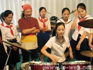 ファンキーさんが叩いたドラムを演奏する女生徒たち