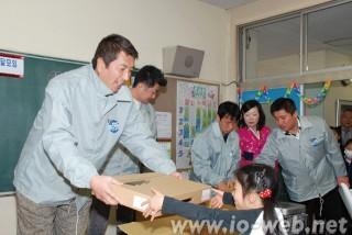 埼玉県青商会のメンバーから制服がプレゼントされた