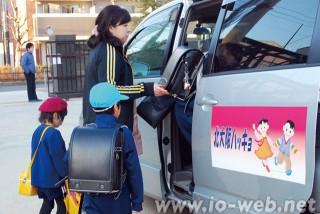 学童保育を終えてバスに乗り込む児童たち(北大阪朝鮮初中級学校)