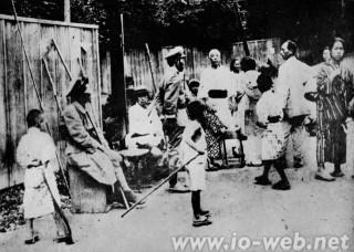 自警団と軍服を着た在郷軍人。自警団による朝鮮人の殺し方は殴殺・刺殺・焼殺の残酷な殺し方が最も多かった