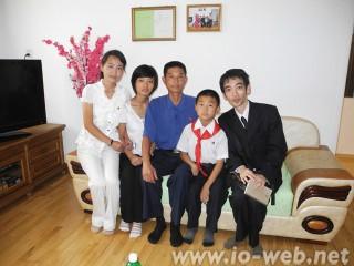 昨年の訪朝時、平壌市の倉田通りの高層住宅を訪れた際に入居家族と撮った1枚