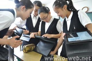 タブレットを使いこなす埼玉初中の生徒たち