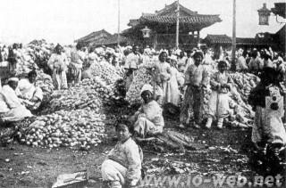 1905年の市場風景。ソウル・普信閣の周辺に設けられた臨時の市場